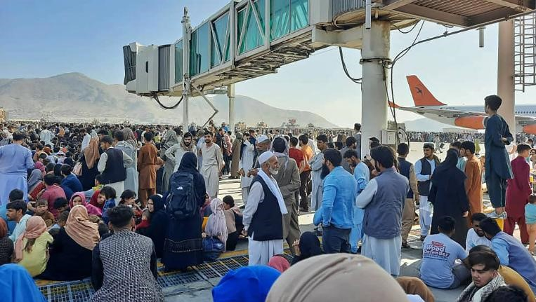 Chaos in Kabul as Taliban take power and thousands try to flee